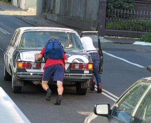 empujando coche